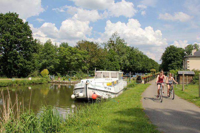 Balade en vélo sur une voir verte dans la vallée de la Rance